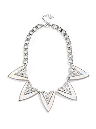 Get that most-wanted vintage-inspired look with this pearlescent statement necklace. The of-the-moment arrow pendant delivers a western touch to your everyday looks.