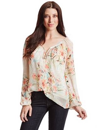 Spring is just around the corner, and this floral-print blouse is just what you need for the new season. Complete with subtle cutouts and a lace-up chain, it keeps you polished for work and playful on the weekends.