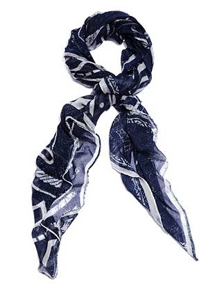 Add edge to your everyday looks with this iconic logo scarf.