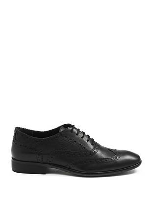 Polish off your dressed-up looks with these classic yet completely-on-trend leather wingtips.
