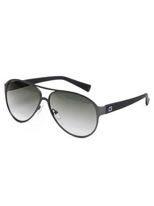 A modern matte finish brings understated edge to these signature aviator sunglasses.