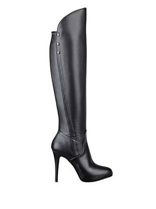 Perfect for day, night and every hour in between, these knee-high boots are the ultimate fall essential. The sleek, simple design makes for easy pairing with everything in your closet.