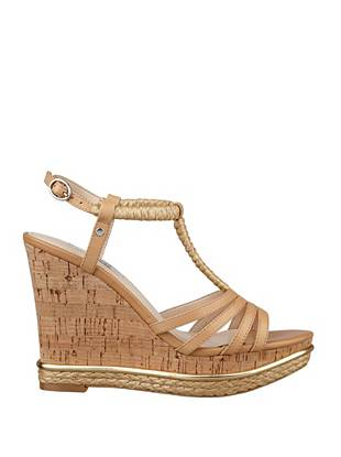 Effortlessly sexy, these t-strap wedges are a warm-weather staple. Woven straw details and a cork wedge instantly elevate the classic silhouette, making them a must-own for the girl with boho-inspired style.
