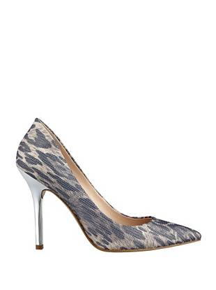 Exotic edge meets flirty, feminine style in these need-now pointed-toe pumps. A fashion-focused print and textured detail add instant city-ready glamour.