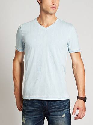 A distinctive print on the front gives this super-soft tee a modern brushed effect. Combined with the textured script that adds a nod to the GUESS heritage, this shirt takes your laid-back looks to a new level.