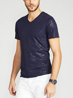 Soft and lightweight, this short-sleeve tee is a confident choice for laid-back comfort. Its distinctive yet subtle metallic slub texture radiates casual-cool style.