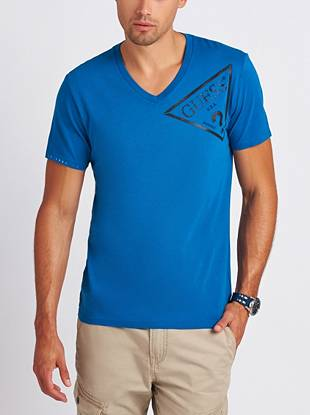 Comfortable and easy to wear, this relaxed V-neck is an essential addition to your collection of basic tees.