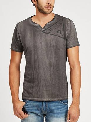 Give your everyday looks iconic edge with this tumble-washed logo tee.