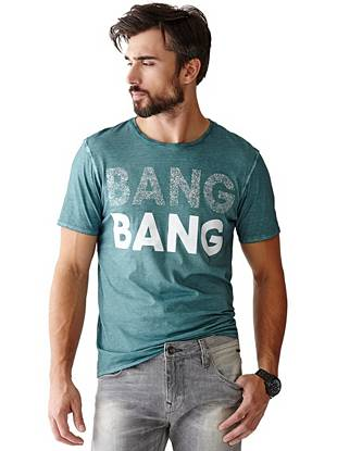 Give your casual looks an extra dose of attitude with this high-impact graphic tee.