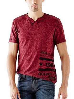 Rugged in design, iconic in style, this logo tee is essential for laid-back weekend days.