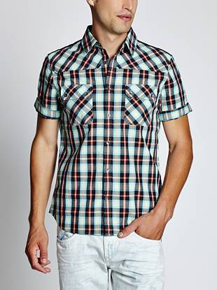 With a pieced yoke, classic fit and allover plaid pattern, this season-right button-down offers endless pairing options.