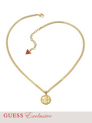 The ultimate outfit-elevating accessory has officially arrived. Featuring a sleek gold-tone finish and bold logo pendant, this necklace is an iconic essential every GUESS girl should own.