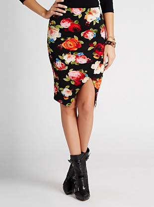 Feminine and polished with our sought-after sexy touch, this pencil skirt puts all the attention on you. The vibrant floral print and seductive front slit make it perfect for pairing with anything in your closet.