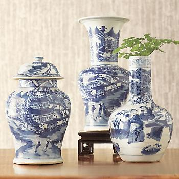 BLUE AND WHITE PORCELAIN URN VASE