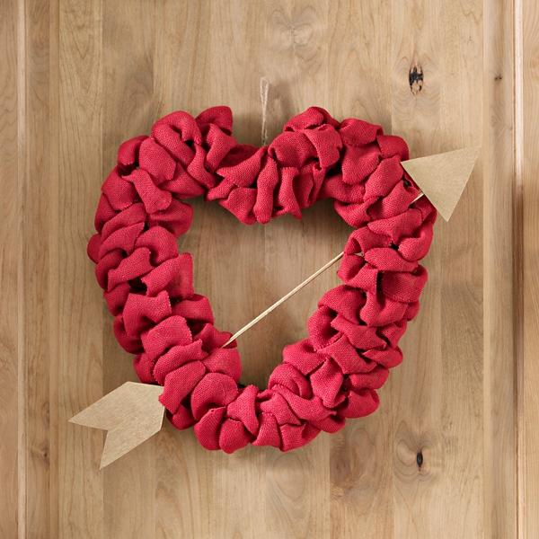 Außergewöhnlich Red Burlap Heart Wreath With Arrow