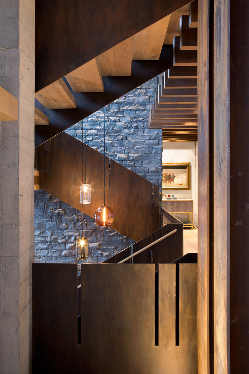Stairwell pendant lighting