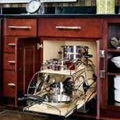 Armoire de plancher avec élément coulissantes pour batterie de cuisine
