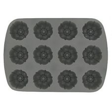 Focus Foodservice Cast Aluminum 12-Cup Fluted Muffin Pan