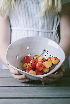 Slide View: 2: Farmhouse Pottery Windrow Berry Bowl