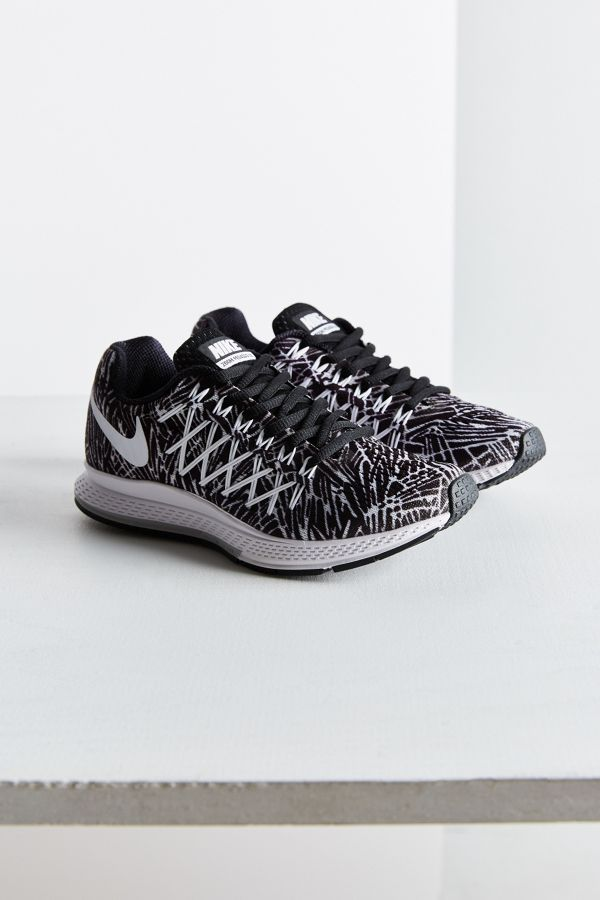 plus de photos 571e4 5dd0c Nike Air Zoom Pegasus 32 Printed Sneaker | Urban Outfitters