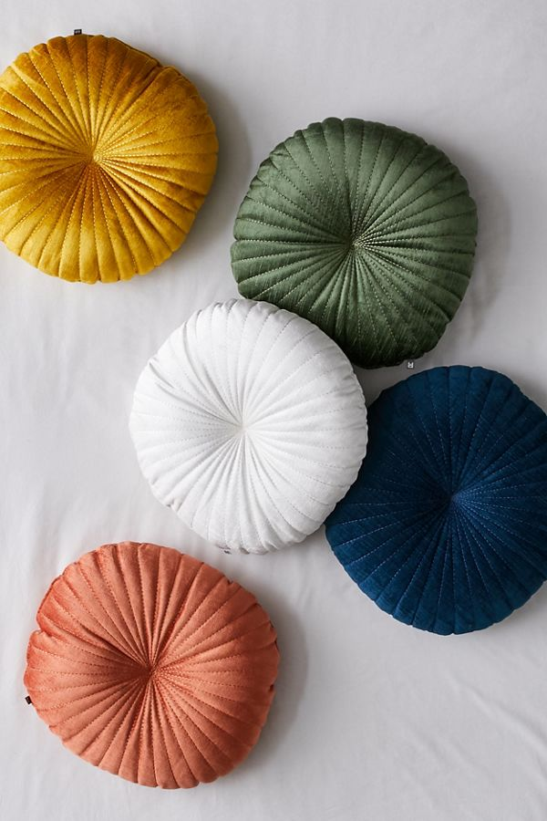 Coussin rond en velours Shelly | Urban Outfitters Canada