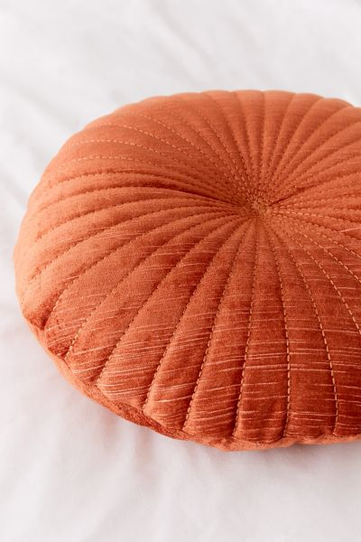 Coussin rond en velours Shelly | Urban Outfitters