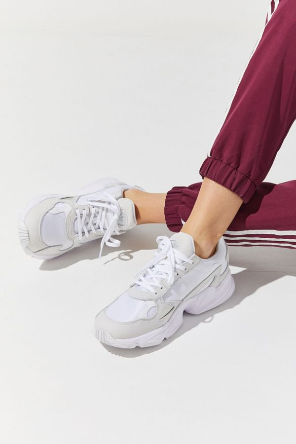 Adidas Originals Falcon Sneaker Bedste rejsesneakers til    adidas Originals Falcon Sneaker   title=          Urban Outfitters