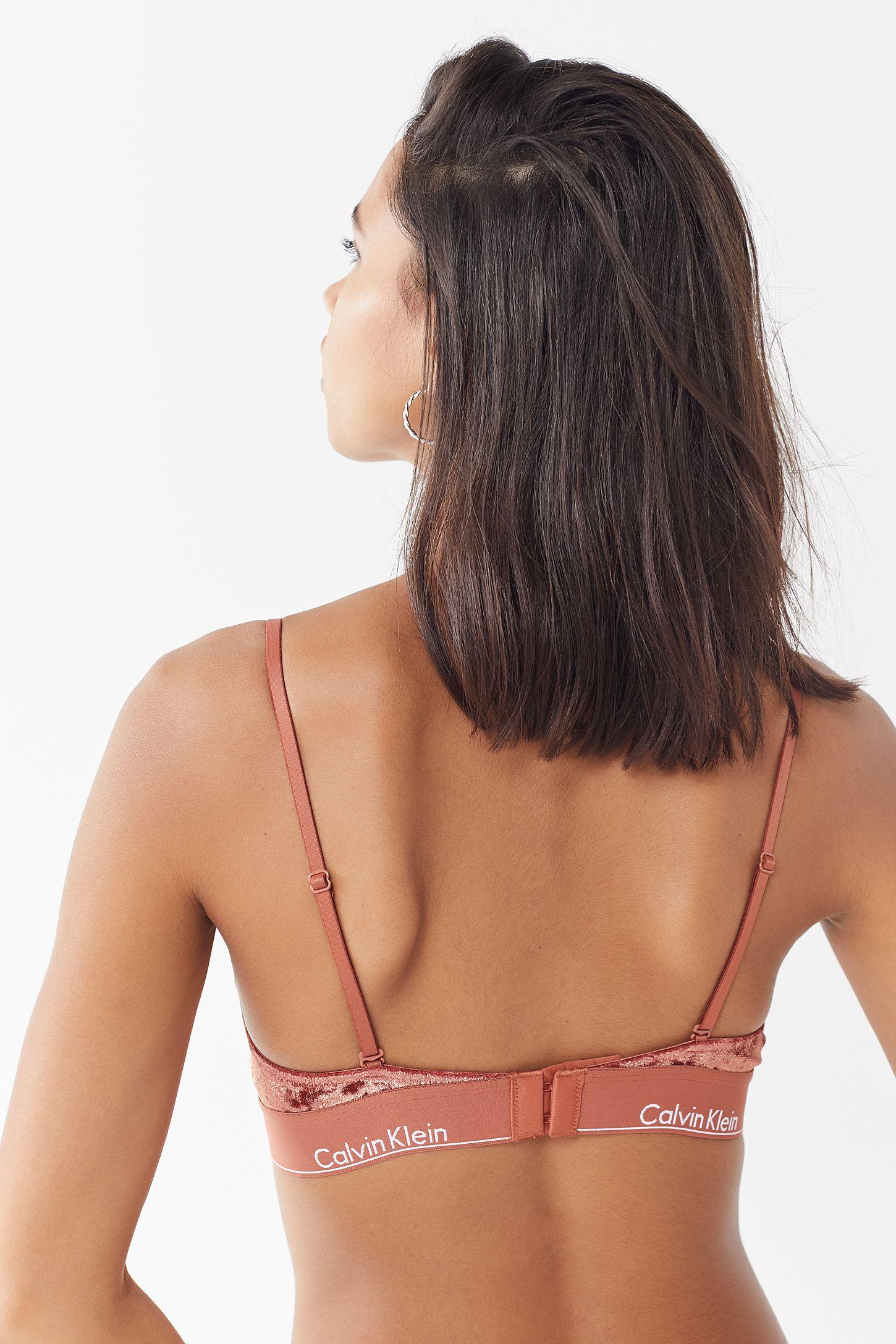 0783afebc1 Slide View  4  Calvin Klein UO Exclusive Modern Velvet Triangle Bra