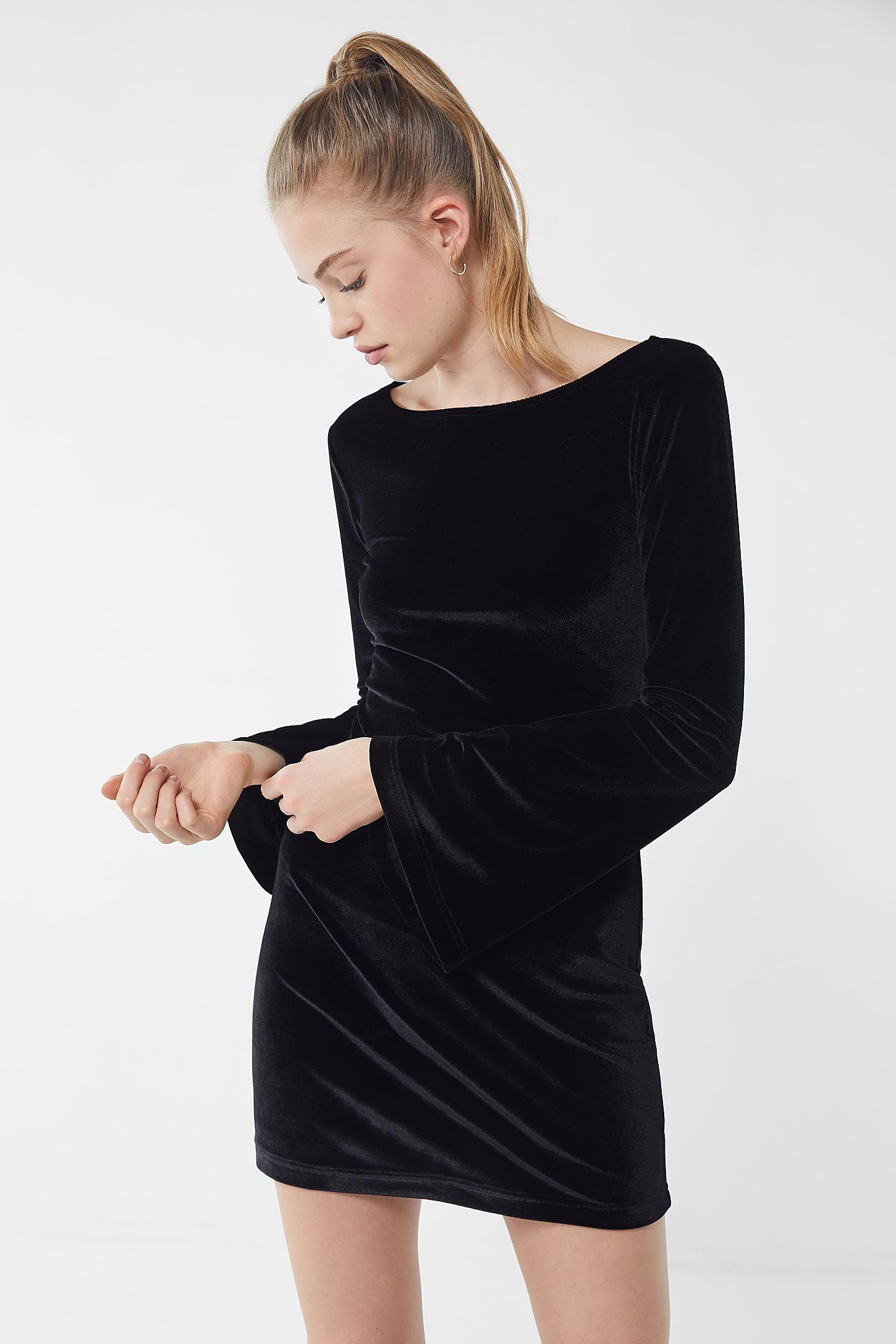4bb24ee8e5 Slide View  4  UO Belle Velvet Bell-Sleeve Mini Dress