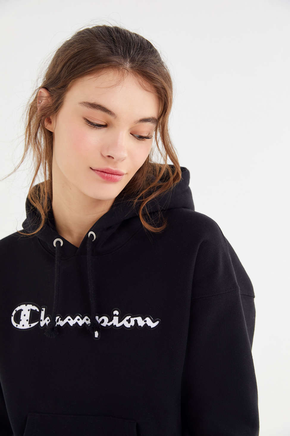 Slide View: 1: Champion UO Exclusive Dotted Script Hoodie Sweatshirt