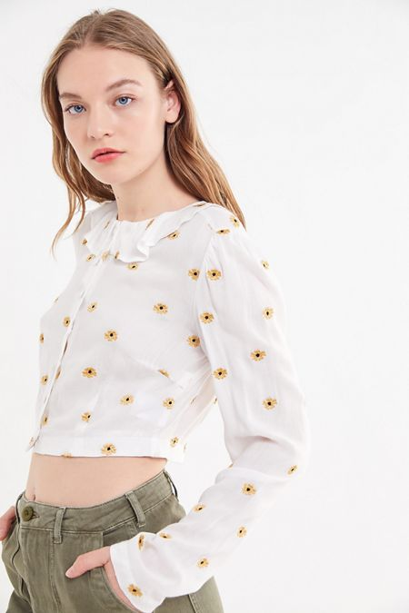 f2147054c846a UO Piper Floral Ruffle Collar Cropped Blouse