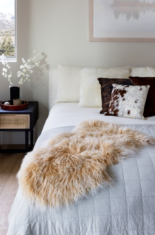 Overland Single Pelt (2' x 3') Tibetan Lamb Fur Rug